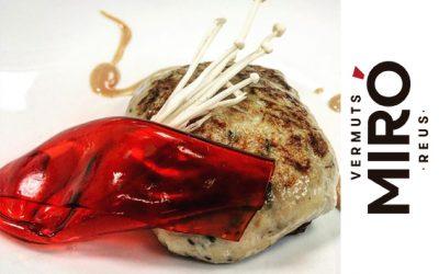 Ravioli de Pollastre amb panses i mel, salsa Satay i llençol de Vermut Miró