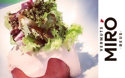 Tomate relleno de marisco con mayonesa de kimchi y Vermut Miró
