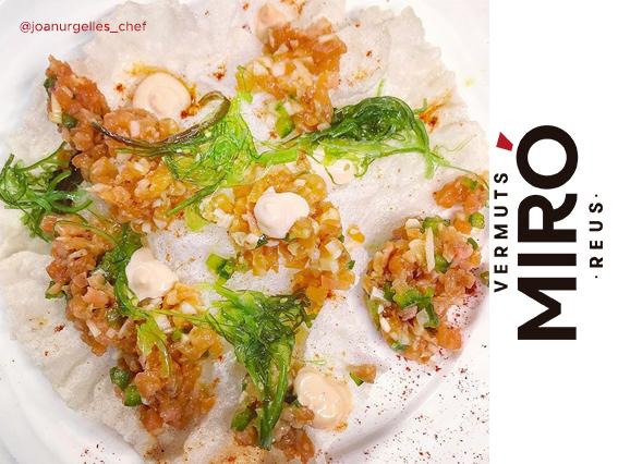 Tartar de salmón marinado en soja y aceite de sésamo, mayonesa de Vermut Miró Reserva, alga wakame y pasta de arroz frita