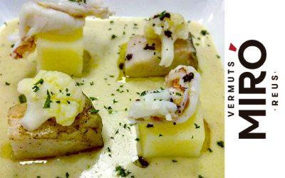 Crema de coliflor al Vermut Miró Blanc amb daus de patata i bacallà, gambes i oli de paté d'olives negres.
