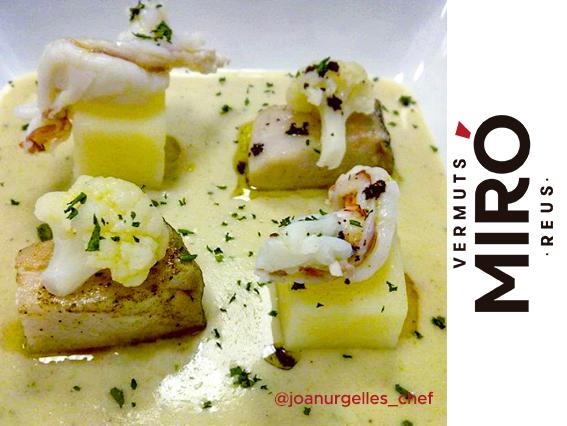 Crema de coliflor al Vermut Miró Blanco con dados de patata y bacalao, gambas y aceite de paté de olivas negras.